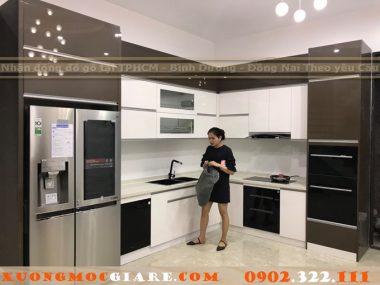 Công trình tủ bếp Acrylic bóng gương nhà chị như Quận 7